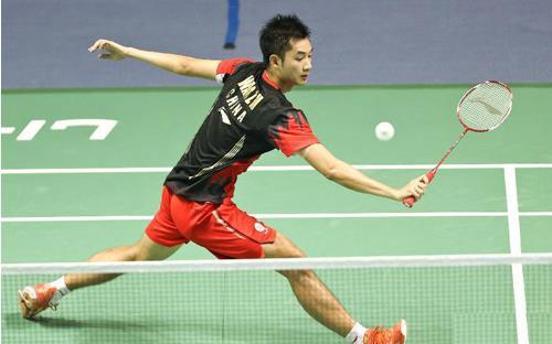 学生易打羽毛球 能达到全身健身效果