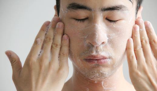男人油性皮肤护肤有要诀 一般来说,人的皮肤分油脂型、干燥型、标准型、敏感型四大类。 1、油脂型皮肤分泌物质较多,白天可用爽肤水以调节皮肤,晚间再用营养蜜润泽皮肤,经过一天的伤害,晚间修复皮肤是非常重要的。 2、干燥型皮肤容易起皱,生红斑,宜选用油性较大的脂类护肤品。 3、标准型皮肤的适应性强,一般选用雪花膏或霜类护肤品。 4、敏感型皮肤对某些牌号的护肤品有过敏反应,如发痒、起红点等,这就需要避开有过敏反应的护肤品。 男性护肤用品除了营养蜜、护肤脂、冷霜、雪花膏等蜜、脂、霜三大类外,还有水类,如花露香水、