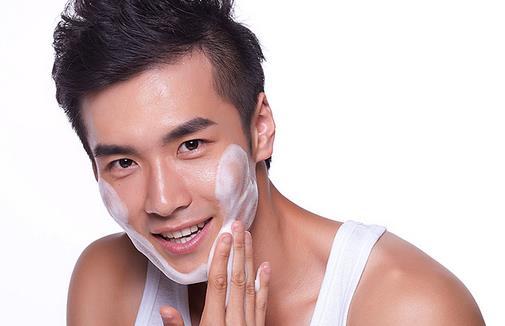 男士护肤品的正确使用顺序 男士护肤品的正确使用顺序 第一清洁:清洁永远是第一步,是首要任务。经过一天的空气污染和电脑辐射,让你的皮肤粘了不少的尘埃和污垢,要彻底清洗干净,才能进行下一步护肤,否则只是在脏上加脏。 第二爽肤:爽肤的目的是为了二次清洁和收缩毛孔的作用,但爽肤水是不可以取代润肤乳的,爽肤水只是清洁和收紧肌肤但不具有润肤的效果。 第三精华:爽肤之后接着是使用精华产品,精华产品都要在使用乳液和面霜之前,因为精华的分子相对都很小,如果后用的话不能被肌肤吸收。 第四乳液和面霜:精华使用过后才能使用乳液