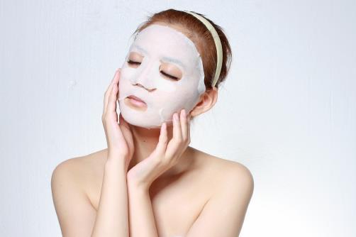 睡眠面膜怎么用才好 睡眠面膜6种用法 睡眠面膜怎么用才好? 一、睡眠面膜的三种疑问 1、睡眠面膜一定要过夜么 如果使用睡眠面膜感觉到又粘又腻又不好吸收,起床后皮肤上分泌出许多油脂,这时就不需要带着面膜过夜了,只要在脸上敷个30分钟,等到皮肤完全吸收后,就可用清水洗净。 2、一定要在晚上敷 睡眠面膜的主要配方是胶状的大分子,目的是为了锁住在使用面膜之前抹上的护肤产品中的小分子,所以在平时有时间,就算是非睡眠的时候也可以敷的。 3、涂越厚就越好么 睡眠面膜会因蒸发而变干,说明面膜中中吸收的成分并不多,而面膜