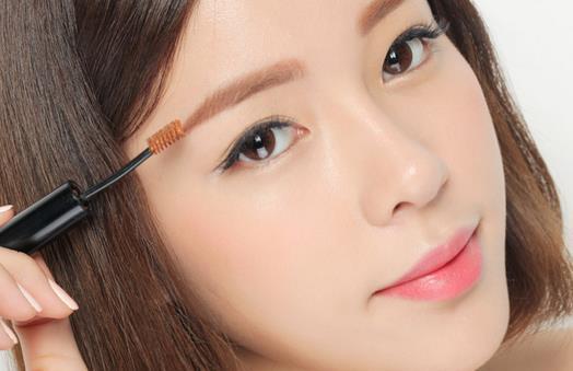 教美眉画出不一样的眉毛 在化妆中,眉毛可是最难话的了,每个美眉眉毛的形状都是不同的,所以画眉的方法也不尽相同,美眉要想让自己的眉毛更漂亮,就要完全了解自己的眉毛,这样画出来的眉毛才能看起来自然,下面小编传授美眉一些小方法,教美眉画出不一样的眉毛,美眉们可要控制好尖叫哦! 一、眉毛又浓又密,没有型怎么办?