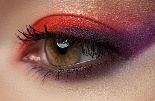 完美眼妆的画法 让你双眼电力十足 对一般的生活妆,三色的眼影盒一个就能够轻松应对哦!一个深色、一个浅色加一个主调色。这是不少人们选择使用的单色眼影,没有色彩混杂的效果,表现女孩水一样的清纯感觉。这是当下比较流行的裸妆。 完美眼妆的画法 让你双眼电力十足 深浅色系相互搭配 深浅的混合搭配,这样能够增加其眼部的深邃感觉。如果想要大胆的尝试,其实也可以选择三种颜色的搭配!
