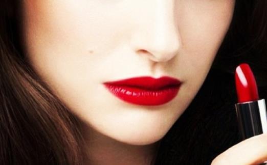白皮肤用什么颜色的口红好看 白皮用什么颜色的口红好看?白皮因为先天条件好,基本上在妆容和服装颜色方面比起黄皮和黑皮有更多的选择,那白皮的妹子涂哪种颜色的口红最显气色又好看呢。 CHANEL 色号:丝绒42/COCO小姐54/限定黑管唇蜜517 CHANEL我收的并不是很多,因为丝绒的质感并不算出众,甚至我自己感觉有点难用,之前买了N只常规色都以失败转闲置送人告终。好在42的配色惊艳,至今无可取代。很挑肤色和气色的,也很挑唇部状况的,7、8分以上的白美人用比较好,否则总感觉怪怪的。 COCO小姐我觉得比丝