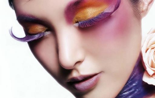 如何化妆才能让鼻型更完美 美容护肤专家提示,每个人的面部五官都不可能十分完美,或多活动会有一些小瑕疵,例如鼻型不是很精致。那么,如何做才能让鼻型更完美呢?今天,就为你介绍几个化妆技巧,让你轻松拥有完美鼻型。 小编告诉你必备妆前技巧 1、清洁肌肤后,使用滋润的护肤品,不仅可以滋润肌肤,为肌肤锁住水分,让肌肤由内而外散发自然的光彩,还能让妆容更持久。 2、在上底妆前,使用毛孔修饰产品,特别是有黑头和毛孔粗大问题的肌肤,它可以达到毛孔隐形的效果,让妆容更看上去更完整、更精致。 StepA:不同色号的粉底修饰