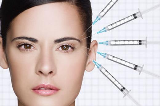注射胶原蛋白美容会过敏吗 专家介绍,这是因为胶原蛋白流失的缘故,胶原蛋白原本存在于人的皮肤组织之中,胶原蛋白使细胞变得丰满,从而使肌肤充盈,保持皮肤弹性与润泽,维持皮肤细腻光滑。但是过了25岁之后,皮肤内的胶原蛋白会渐渐流失,皮肤失去弹性,继而产生皱纹,变得暗黄。因此补充胶原蛋白非常重要。 比起服用胶原蛋白的保健品来说,注射胶原蛋白针剂的效果更佳。注射对皮肤的渗透性强,可透过角质层与皮肤上皮细胞结合,参与和改善皮肤细胞的代谢,使皮肤中的胶原蛋白活性加强。改善皮肤细胞生存环境和促进皮肤组织的新陈代谢,增强