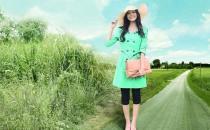 绿色和花色系的衣服如何穿搭最好看
