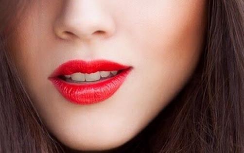 但是当唇部出现缺水状况时,说话,微笑,吃东西的时候都会导致嘴唇四周