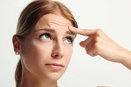 手术去除抬头纹的优势所在 抬头纹是人们都很烦恼的事情,想要有效的去除,就要找对方法。如今社会,如何去除抬头纹是最受关注的问题了,最好的方法是什么呢?找到最好的方法才能保证效果是最好的。下面,我们就为大家介绍一下手术去除抬头纹的优势。 手术去除抬头纹的优势: (1)手术去除抬头纹对浅色毛无效。 (2)手术去除抬头纹的光能被表皮色素大量吸收,对深色皮肤风险较大。穿透组织深度较浅,不超过4mm。 (3)手术去除抬头纹只有30-40%能量被充分吸收,其余大部分能量被反射和折射。 通过手术去除抬头纹的优势,我们不