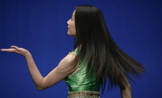 """头屑洗发水的正确使用方法 头屑洗发水的正确使用方法 """"59%的女性和63%的男性一直受到头屑的困扰。"""" """"头屑已成为仅次于脱发的第二大头皮问题。"""" 不久前,来自中国健康教育协会头皮健康研究中心的一份调查报告显示,在我国成年人中,头皮瘙痒、紧绷、头屑脱落已经不再是小毛病,它们成了头皮健康出现隐患的预警信号。 头屑的产生与洗头频率无关 相当一部分人以为,头屑的产生是洗头过勤造成的;其余人则认为,头屑是头皮不够干净造成的。 实际上,头屑的产生和洗头频率并没有直接"""