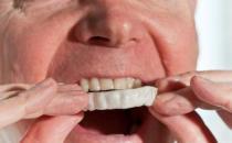 老人佩戴假牙有四忌
