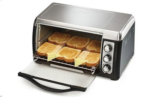 巧妙清洗烤箱的方法和步骤 巧妙清洗烤箱的方法和步骤 在家用烤箱烘烤肉类时,烤箱的内壁、烤箱门儿和烤盘、烤架上经常会被溅的到处是油,每次做完东西,待稍微冷却后,用湿布擦拭的方法,最简单了。但如果不及时清理,时间长了,就会积累下厚厚的油污,很难洗掉。 为了这恼人的污渍,你是不是试过很多种方法,但都不大理想?或许并不是你用的工具不对,而是方法上稍微有那么点儿欠缺。 在家里没有专业清洁剂的情况下,你可以用手边现有的东西试试看。 所需工具:洗涤灵、装有少量清水的喷壶儿1个、热水1碗、干净抹布1块儿、厨房纸巾。 方