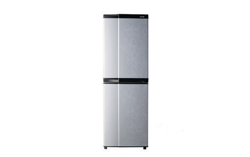 """冰箱如何保存食品?冰箱如何清理? 冰箱如何保存食品? 1、冰箱内温度应保持在10以下。 2、婴幼儿食品应新鲜配制,不宜置冰箱中。 3、剩余食品在放置冰箱内保存前应充分再加热煮透,杀灭微生物,降至室温后再保存。 4、为防止熟交叉及食物""""串味"""",应用保鲜袋或保鲜纸将食物包密实后置冰箱保存,应熟在上,生在下。 5、冰冻的肉类和禽类的烹调前应彻底化冻,再充分均匀加热煮透。如果有的部分没有完全化冻,常规烹调温度不足以杀灭微生物。经化冻的肉类和鱼等不宜再次置冰箱保存,因为化冻过程中食物可能受"""