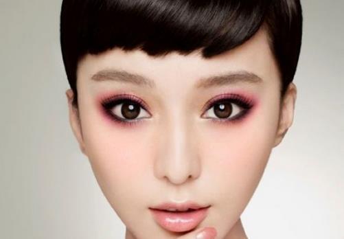 不会画眼线?支招轻松搞定靓眼妆 眼妆一直都是美眉们妆容中的核心部分,好的眼妆可以令你的眼睛更加有神,画好眼妆,你的整体妆容也就成功了一半,小眼睛通过好眼妆的改造也能够变成明亮的大眼睛,这应该是所有小眼睛的美眉们都希望做到的吧!然而,想要画好眼妆也并不是那么容易,很多美眉并不知道如何画好眼妆,就拿画眼线来说,有些美眉就不知道该用眼线笔好,还是该用眼线液合适,实际上,画眼线这样一个小小的步骤却蕴藏着很多学问,更要根据不同的眼睛形状来选择不同的画眼线的方式。今日,我们就针对美眉们画眼线的问题来具体了解。 画眼