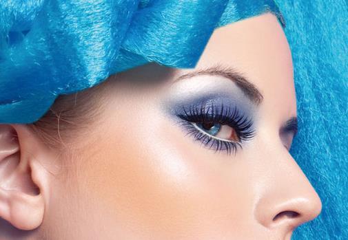 化眼妆的技巧 画蓝色眼妆的步骤 蓝色通常是神秘幽美的代言词,当蓝色的眼影与水汪汪的黑眸相碰撞时,一股甜美灵动的气质立即袭来。今天就介绍的这款蓝色大眼妆简单易学,无论是在日常生活中,还是甜蜜约会都适用哦,不妨学学,尝试一下! 嫩嫩的蓝色加上明亮的大眼眸,搭配斑斓清透的春夏时装,清纯甜美的风格立即俘获了大家的目光。这款水水的蓝色眼妆特别适合精灵鬼怪的你哦,接下来就让我们来好好学习一下这款眼妆吧! 蓝色眼妆步骤: 步骤一:基本的妆前护理搞定后,将BB霜点涂在额头-鼻子-两颊-下巴这五个位置,然后用粉刷轻轻扫开