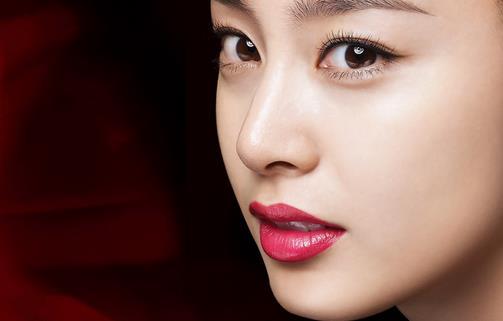 韩国明星妆容的打造过程 韩国明星妆容的打造过程 步骤1:妆容中最为关键的就是开始上底妆,为了能够很好的上妆,那么底妆就一定要打好基础,选择一款保湿度高的粉底或bb霜是很是关键,挤出一些产品在脸部,然后使用指腹部均匀的涂抹在脸部。 步骤2:用蜜粉轻轻的拍在脸部的各个部位,这样能够让妆容更加贴切,保持最持久的状态。 步骤3:用粉色的眼影棒均匀的涂抹整个眼窝和下眼睑尾部,顺利让眼睛四周变得粉嫩起来。 步骤4:在眼角和下眼睑的部位直接打上白色高光粉,迅速的提亮其眼睛。 步骤5:使用眼线笔沿着睫毛的根部慢慢描绘出
