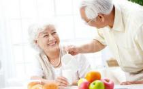 老人吃早餐把握时间更养生