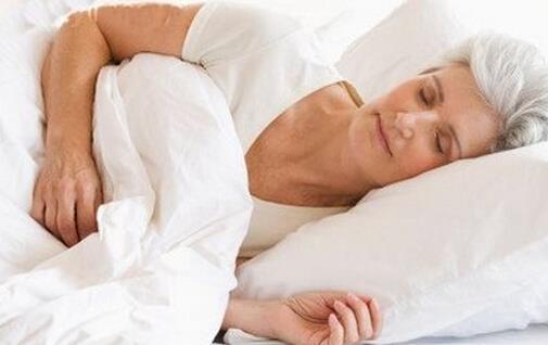 老人经常犯困是疾病预兆 老人常犯困,首先要检查是否与以下疾病有关。 1、心脏病 如果血液供应不足,就会导致大脑缺氧,从而导致神经系统活跃性降低,具体的表现就是睡不醒。经常出现犯困症状,说明心脏收缩功能可能出了问题,要进一步检查确定病因。 2、脑血管病 如脑梗塞、脑萎缩、脑血栓等脑血管疾病会导致脑组织缺血、缺氧,也会有犯困的表现。 3、其他慢性病 慢性肾炎、糖尿病、甲状腺机能减退等,会降低新陈代谢的速率,导致其体内有毒的代谢物不能顺利地排出体外,进而影响到植物神经的调节功能,也会出现整天犯困、睡不醒、多汗