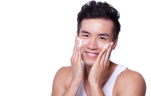 支招:男人洁面的正确步骤 男性户外活动多,加上油脂分泌较旺盛,皮肤较粗糙,比女性更容易产生黑头、皱纹等。因此,男性的面部清洁就显得尤为重要。饱经风霜的仪容已过时了,不只为出众的仪表,还有基本的皮肤健康,男士们应该要护理自己的皮肤! 你知道洁面的正确步骤吗? 利其器:洗脸前先把毛巾洗干净,洗脸毛巾要定期清洗及消毒。 手洗干净:洗脸之前应先洗手,否则手上的脏东西很可能会污染你的脸庞。 流动的水:许多人洗脸习惯接一盆水洗脸,其实这样并不科学。建议用流动的温水(30~40)搭配干净的毛巾洗脸。 左搓右揉:洗脸时