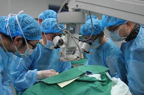 老年白内障手术费用_大批患白内障的老年人得到救治,情况完全反过来了,一些不适于手术的