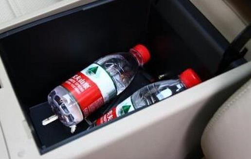 喝车里放的矿泉水会致癌? 有一种说法流传甚广:不应该喝放在汽车里的矿泉水,喝了会有让人患上癌症。这个流传到底是否属实呢?下面就跟大家一起分析这个问题。 流言: 矿泉水放置在温度很高的汽车后备厢里时,高温会让聚酯瓶发生变化,导致更多的有害物质渗透进入水中产生化学物质,而那些会导致人们患上癌症。 真相: 1、PET材质要到260以上才熔解为乙醛类物质 绝大多数的矿泉水、饮料瓶采用PE材料。PET材质在70、80下开始变软,在水参与的情况下,要到260以上才熔解为乙醛类物质。夏天车内最高温度的确可达70-