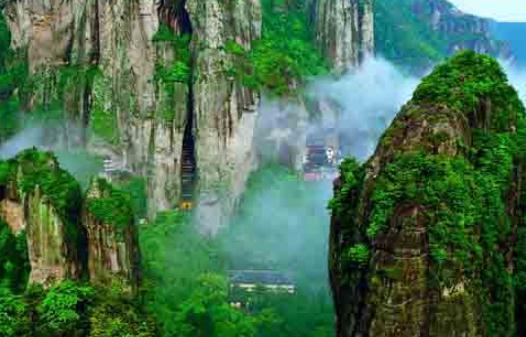 雁荡山风景区的特点 雁荡山风景区的特点 雁荡山在浙江省东南乐清县境内,是我国名山之一。雁荡山东西25公里,南北18公里,有景点三百多处。 峰奇。 雁荡的山峰多是拔地而起,但它们不同于玲珑多姿的桂林的山峰,而是高耸入云,气势磅礴。如展旗峰,远远看去,如一面大旗迎风招展。有人认为,就山峰的奇特、雄伟、多姿,雁荡不亚于黄山。 瀑布秀丽。 雁荡山有许多瀑布,有名称的达十八处。雁荡山的瀑布和贵州黄果树大瀑布的风格迥然而异。它不是以大取胜,而是以其优美的姿态打动游人。其最著名的瀑布是大龙湫、小龙湫和三折瀑。 大龙湫
