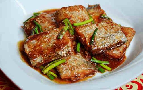 带鱼的饮食禁忌有哪些 带鱼又叫刀鱼、裙带、肥带、油带、牙带鱼等,在中国的黄海、东海、渤海一直到南海都有分布,和大黄鱼、小黄鱼及乌贼并称为中国的四大海产。带鱼营养价值丰富,是人们餐桌上一道很常见的家常菜品。养生之道网温馨提示:带鱼虽好,它的饮食禁忌也需要留心哦! 一、带鱼饮食宜忌 1、禁忌人群:带鱼属动风发物,凡患有疥疮、湿疹等皮肤病或皮肤过敏者、癌症及红斑性狼疮、痈疖疔毒和淋巴结核、支气管哮喘等病症者不宜食用。此外,服异烟肼时以及身体肥胖者不宜多食。 2、适宜人群:一般人群均可食用。适宜久病体虚,血虚头