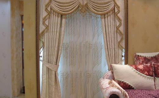 清洗窗帘需要注意的事项 清洗窗帘需要注意的事项 不同材质窗帘洗法也不同 清洗窗帘应小心拆下,以免长年的灰尘弥漫,也有人会先用吸尘器先吸过一遍,减少灰尘污染其他寝具,拆下后,先将窗帘的S挂勾拆下,以免清洗时伤及布料,或是曝晒时让金属的锈痕留在布料上,清洗前,可以先用冷洗清精窗帘浸泡约20分钟,再用手轻轻搓洗。 如果是无法拆下的百叶窗,建议先把窗帘关好,再喷上去污剂,再用抹布擦干即可;而天鹅绒材质的窗帘,就需要泡在清洁剂当中,再用手轻压,不建议用洗衣机搅拌;如果只是一般布料的话,可以直接用洗衣机清洗或用湿布