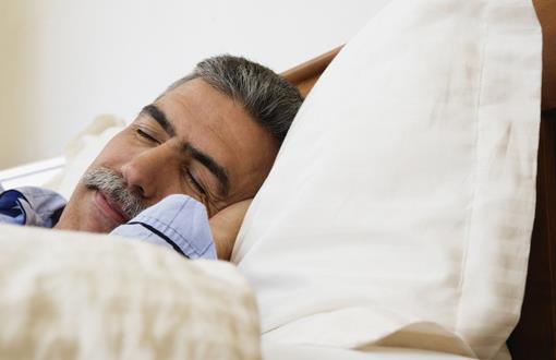 老人午休要注意的事项 老年人午休注意事项一: 老年人午休不要坐着睡,更不要坐在沙发上直接睡,这样不利于血液的供应,头部很容易出现缺血,而在睡醒之后也常常会伴有头昏眼花等情况,假如睡觉不深的话,也没有实现午休的最好效果,并且老年人打盹时很容易来回晃动,存在摔伤的隐患。 老年人午休注意事项二: 老年人午休忌午饭后立即午睡。一般要在午饭后30分钟开始。刚吃过午饭,人的胃肠蠕动加强,血液循环加快,这时入睡,心脏供血量少,也会影响全身和大脑的供血,睡醒后会更加疲劳。 老年人午休注意事项三: 老人午休忌午睡时间过长