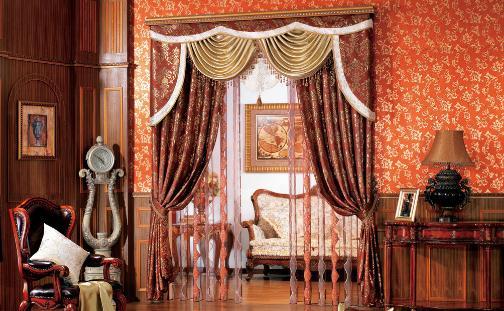 经典的玫瑰花团图案窗帘是搭配深色木质家具及装饰的
