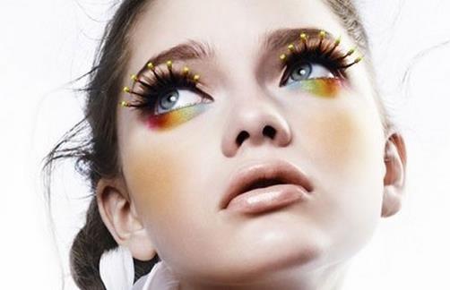 生活保健 彩妆化妆 > 正文   画出大大圆眼睛 闪闪惹人爱 勾勒出可爱