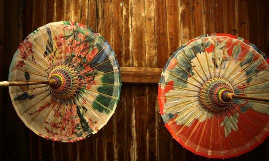 """油纸伞的制作过程和清洁方法 油纸伞的历史 1、伞相传由鲁班之妻云氏发明。据传,早在春秋末年,我国古代著名木工师傅鲁班常在野外作业,若遇下雨,常被淋湿。鲁班妻子云氏想做一种能遮雨的东西,她就把竹子劈成细条,在细条上蒙上兽皮,样子象""""亭子"""",收拢如棍,张开如盖。实际上,这就是后来的桑""""劈竹为条,蒙以兽皮,收拢如棍,张开如盖"""",但初期的伞多以羽毛、丝绸等物料制作。发明纸后,丝由纸代替,制成纸桑宋时称绿油纸桑以后历代均有改进,油纸伞,油散蝙式伞,最后形成今天的大众"""