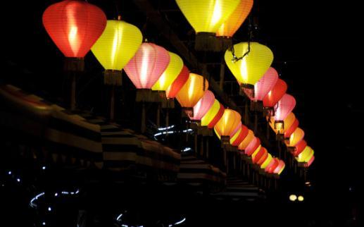 """灯笼的文化价值和制作方法 灯笼的文化价值 灯笼,乃是古时灯具的一种,早在西元八世纪的唐朝就有记载使用灯笼的起由。中国有灯是秦汉以后的事,有纸灯笼又可能是在东汉纸发明之后。元宵观灯的习俗起源于汉朝初年,但也有相传唐明皇于元宵节在上阳宫大陈灯影,是为了庆祝国泰民安,才扎结花灯,借着闪烁不定的灯光,象征着""""彩龙兆祥,民富国强"""",花灯的风气至今仍还广为流行。 关于打灯笼的由来有很多种说法,流传较广的一个说法是:元宵节打灯笼的习俗始于东汉时期,东汉明帝刘庄提倡佛教,听说佛教有正月十五僧人观"""