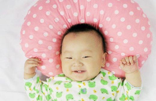 宝宝三个月起就要开始枕枕头