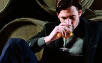爱喝酒的男人密切关注自己的指甲变化