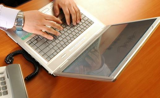 男人與筆記本電腦親密接觸危害極大