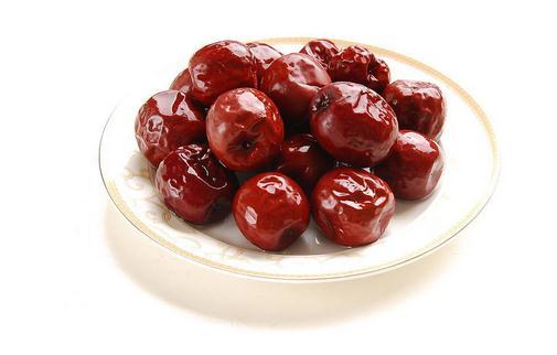 不宜与维生素同时食用: 枣中的维生素可使维生素K分解破坏,使治疗作用降低。 不宜和动物肝脏同时食用: 动物的肝脏富含铜、铁等元素,铜铁离子极易使其他食物中所含的维生素氧化而失去功效。 不宜和黄瓜或萝卜一起食用: 萝卜会有抗坏血酸酶,黄瓜含有维生素分解酶,两种成分都可破坏其他食物中的维生素。 服苦味健胃药及祛风健胃药时不应食用: 苦味及祛风健胃药是靠药物的苦味来刺激味觉器官,反射性地提高食物对中枢的兴奋性,以帮助消化、增进食欲。若服用以上药物时用大枣,则明显地影响药物的疗效。 服用退热药时禁忌食用: 服用退