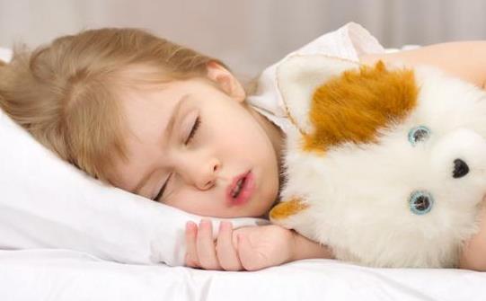 睡觉说梦话的原因 说梦话也称梦呓。很多人都有这种情况,入睡后常常做梦,并且在睡眠中说话、唱歌或哭笑,有时说梦话是连贯的言语,或成段的述说,个别人说梦话时别人插话他却与人对答,有的说梦话构音并不清晰,或仅是不成文的只言片语。梦呓可出现在睡眠的任何时相。说梦话的部分内容往往与平时思维相仿,多为白天所想的事情,经常梦呓多见于儿童神经症和神经功能不稳定者,梦呓多有素质性倾向。 晚上睡觉时经常说梦话,者说明睡眠期间神经过于兴奋,而导致说梦话的原因与多方面相关。日间压力过大经常思考同一件事情,精神紧张、或过于疲劳,