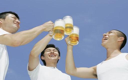 男人喝啤酒时不能吃什么