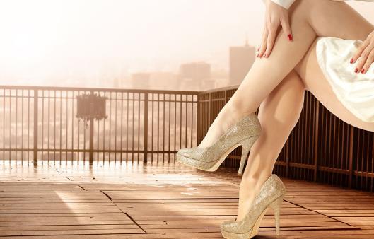 女性长期穿高跟鞋危害大 对腰双脚和关节都有伤害