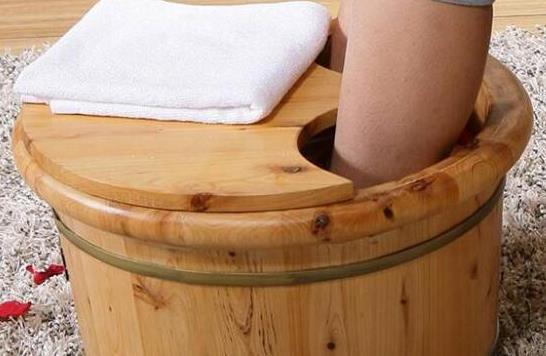 生姜泡脚好处多能治疗感冒 泡脚的注意事项