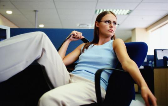 错误坐姿会毁了女白领的身材 保持身材的三个方法
