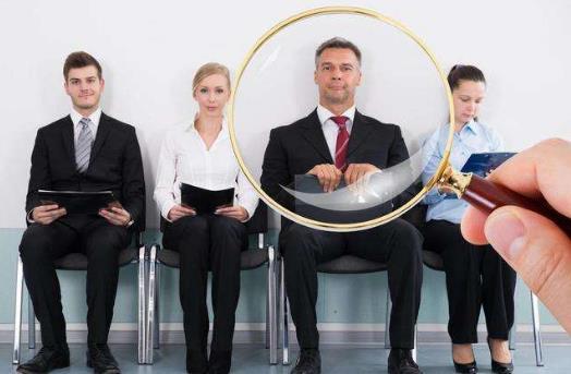 3招对付职场小人 上策:成为领导的心腹