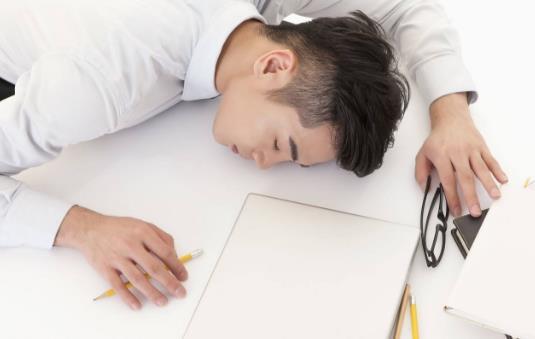 上班族趴着睡觉手麻 睡觉时空调也别调得太低