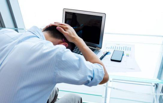 趴着午睡的危害 上班族白领科学午睡缓解疲劳