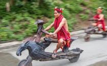 菲律宾一部落的交通工具 造型奇特 刹车完全靠脚