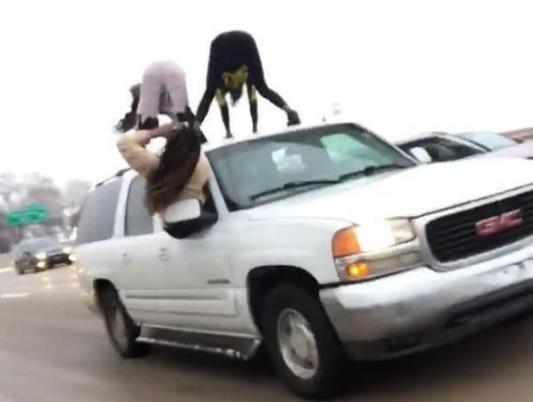 女子在车顶跳舞 为了红没底线 什么危险的事都敢做