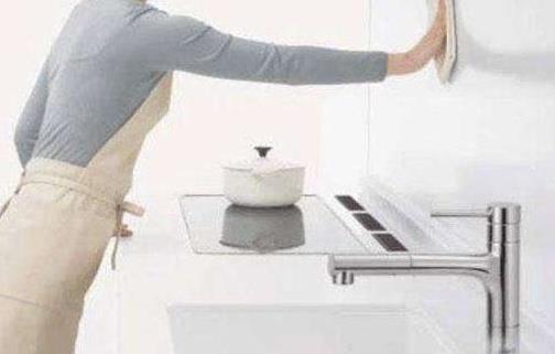 厨房瓷砖又油又粘 自制清洗剂清除污渍 墙面洁白如新