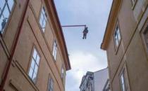 """捷克首都布拉格一危险雕塑 高空中快掉下来的""""人"""""""