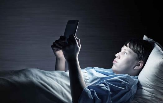 熬夜不仅皮肤干燥长青春痘 小心影响你的生育能力