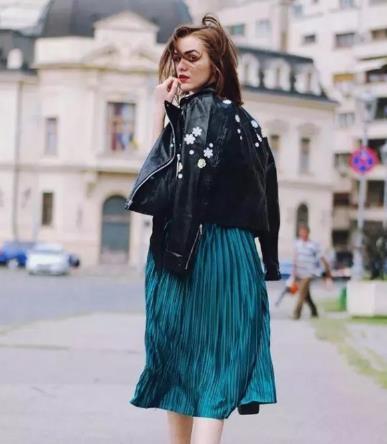 百褶裙搭配什么上衣 暖春的美好从裙摆开始